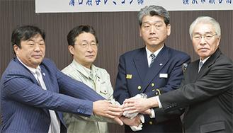 今後の連携を誓った(写真左から依田専務、武田工場長、大山署長、森田事業所長)