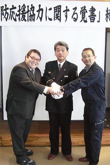 共助で災害時の被害軽減を目指す(左から相原施設長、大山署長、伏見会長)