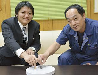 回し手の岩佐さん(右)と齋藤さん
