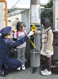 信号機の使い方を教わる児童たち