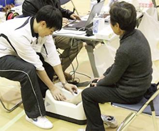 骨密度測定を行う参加者