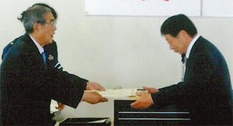 川口会長(左)から表彰を受けるTKコーポレーション永野一好さん