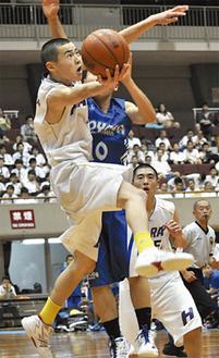 シュートをねじ込む東野選手