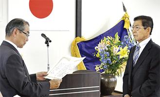 渋川会長(左)から感謝状を贈られる小菅さん