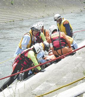 ダイバーが救助者を確保、ロープを引き寄せ川岸へ