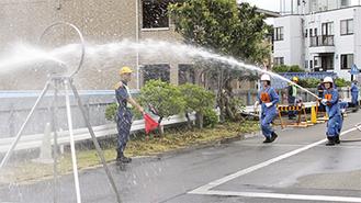 標的に放水する団員