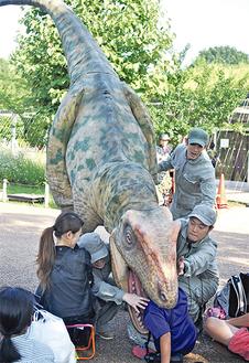 観客に襲いかかるアロサウルス