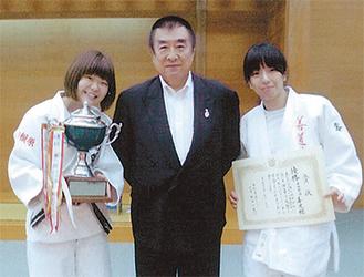 トロフィーと賞状を手に喜びの新井さん(右)、伊藤館長(中央)、宮下さん
