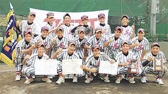 新チームで初優勝を飾った瀬谷ボーイズ。松本選手(当時2年)らが所属していた=2010年、チーム提供
