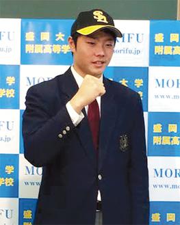 ガッツポーズする松本投手(=松本末江さん提供)
