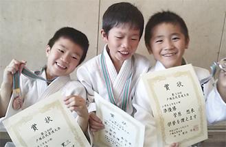 笑顔の(右から)菅原君、金井君、諸井君