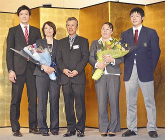 杉山監督と母親に感謝を伝えた松本選手(右)と伊東選手(左)