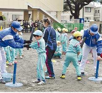 OB選手に指導を受ける園児たち