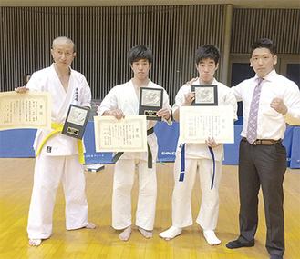 喜びの3選手と早野さん(右)
