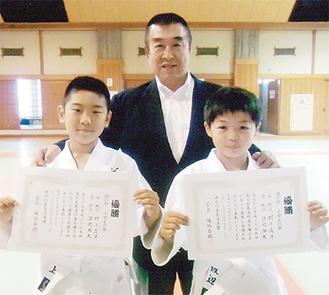 伊藤館長(中央)と渡辺君(右)、村上君