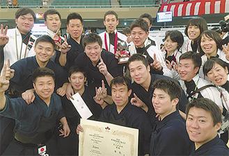 チームメイトと喜び合う村瀬さん(中列左端)