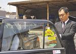 早速、車内にステッカーを貼る石川さん