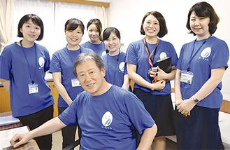 職員と吉田院長(前列)