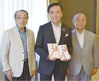 黒岩知事に目録を手渡した江川副会長(右)と梅沢氏(左)
