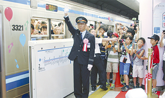 あざみ野駅を出発する快速電車
