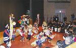 「荒馬踊り」を披露する園児ら