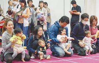 赤ちゃんが参加する「ハイハイ競争」