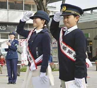1日署長に任命され、敬礼する田中さん(左)と西尾君