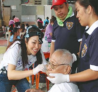 フィリピンで診療する木村さん