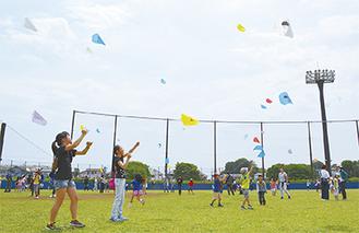 自作の凧を高く揚げる子どもたち