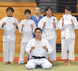 春季柔道大会の入賞者と須藤会長(後列中央)