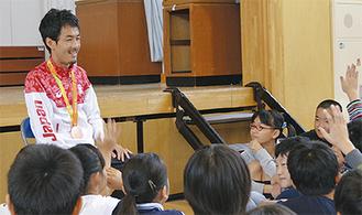 子どもたちの質問に答える多川さん