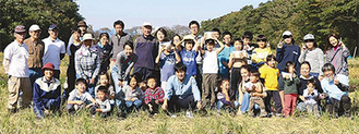 収穫祭での会員と参加者ら(同会提供)
