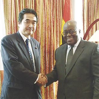 アクフォ=アド大統領(右)と握手する坂井氏(外務省提供写真)