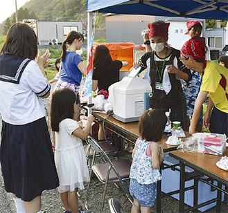ボランティアバスでの活動の様子。現地の子どもたちと交流する