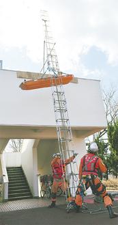 2階の階段から、取り残された人を救助する訓練も