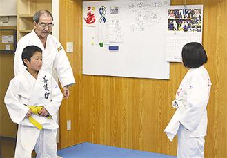 子どもたちを見守る野口さん(左奥)