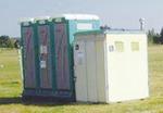 海軍道路沿いに設置される仮設トイレ