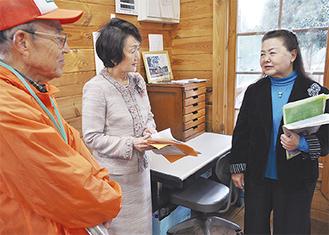 ネットワークの清水代表(右)から、ログハウスについて説明を受ける林市長(中央)