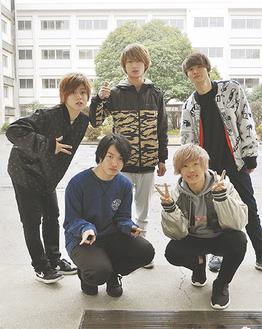 5人の母校である瀬谷高校で。前列右から時計まわりに渡邊さん、犬童さん、上林さん、山口さん、辰巳さん
