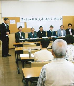 あいさつする小川会長(左)