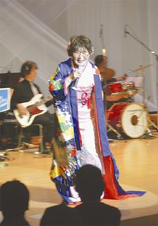 鮮やかな衣装で登場した畠山さん