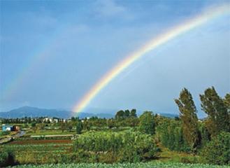 昨年の区長賞に輝いた小島輝夫さんの「上瀬谷の大地にかかった虹」
