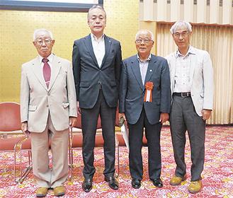 平原副市長(中央左)から賞状を受け取った奈良部理事長(中央右)、副理事長の今泉滋さん(左)と栗林道夫さん