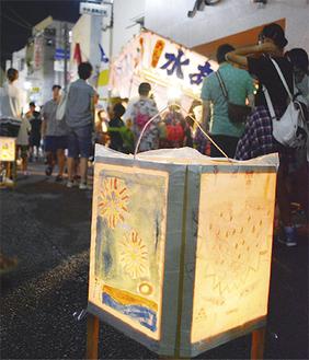 商店会沿いに並ぶ灯篭※写真は昨年
