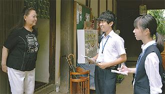 取材を行う久米田さん(中央)と重森さん(右)