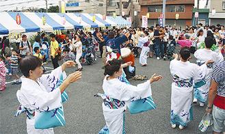 盆踊りで盛り上がる参加者