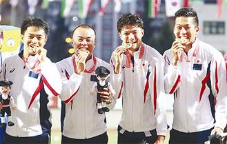 金メダル獲得を喜ぶ選手たち。右から三枝さん、山田さん、設楽さん、佐々木さん。※(一財)全日本ろうあ連盟より写真提供