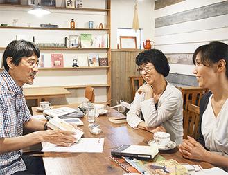 おすすめの一冊を紹介する小山さん(左)