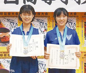 賞状を持ち、笑顔の杉本さん(左)と笹尾さん(同部提供)