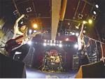 ライブ中に会場を盛り上げるメンバー(バンド提供)